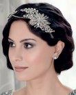 capelli corti - Gatsby bob hairstyle with a tiara