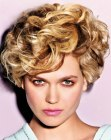 tagli alla moda - short hair with lifted curls