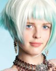 tagli alla moda - blonde hair with blue streaks