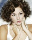 nuovi tagli corti – curly hair with a side part