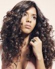 tagli di capelli lunghi - long natural looking curls