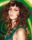 acconciature lunghe – curls and sleek bangs
