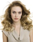 capelli lunghi – hair styled with large waves