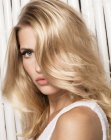 tagli per capelli lunghi - highlighted light blond hair