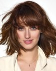 tagli medi alla moda - trendy haircut with thick bangs