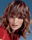tagli di capelli medi – brown hair with accentuated highlights