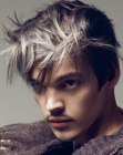 acconciature per ragazzi - male look with silver hair